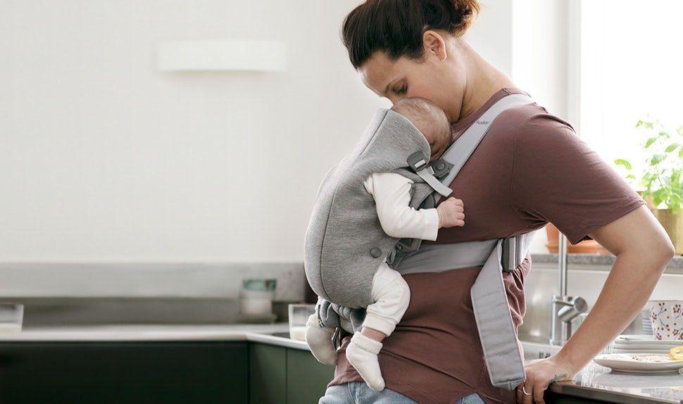 La Mochila Porta Bebé Mini es pequeña y fácil de poner y quitar cuando quieres llevar a tu bebé un rato. Ideal durante los primeros meses del bebé cuando necesita sentirte siempre cerca. La parte delantera se abre fácilmente y podrás dejar al bebé en su cuna cuando se haya dormido. La tela es suave y se adapta a la espalda, las piernas y la cadera del bebé otorgándole el apoyo correcto. Podrás sentir con las manos la posición del bebé y su espalda en forma de C.